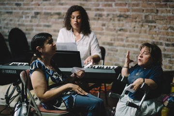 Chicago Voices community participants rehearse.